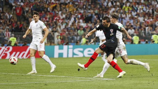就是這一球,曼祖基奇(右前)為克羅埃西亞踢下勝利。(美聯社)
