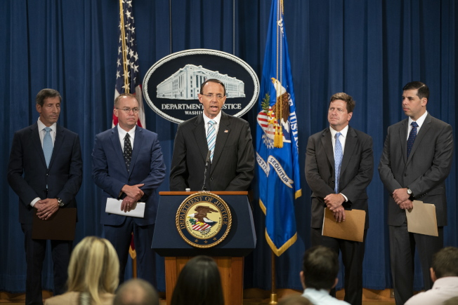 司法部副部長羅森斯坦要求全美聯邦檢察官協查大法官提名人卡瓦諾的資料。圖為羅森斯坦(中)日前在司法部召開記者會。(歐新社)