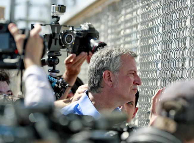 海關與邊境執法局指控白思豪市長6月21日訪問德州艾爾巴索邊境地區期間,與其安全人員穿越美墨邊界,同時觸犯兩國的法律。圖為白思豪當天從鐵絲網外觀察拘留無證兒童的設施。(美聯社)