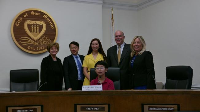 一日小市長張家乾和母親以及市議會成員。(記者李雪/攝影)