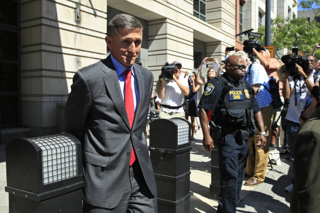 前白宮國家安全顧問佛林的律師催促法官盡快對佛林量刑,因為佛林已有新工作。圖為佛林離開華府聯邦法院。(美聯社)