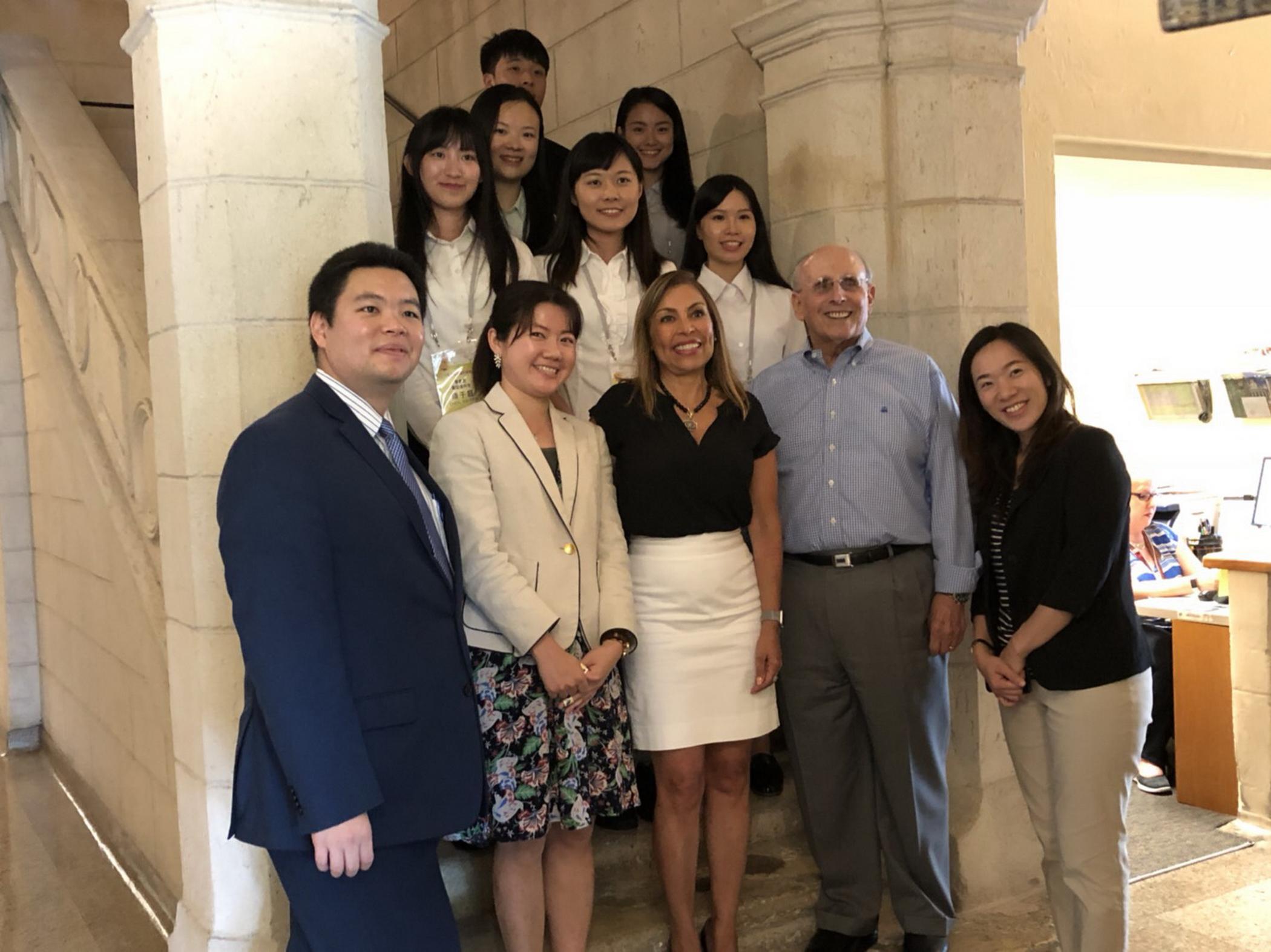 青年大使及駐邁經文處人員與珊瑚閣市府人員合影。(Betty Shiao提供)