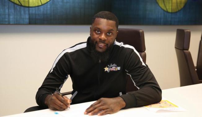 史蒂芬森正式與湖人隊簽約。(NBA官網)