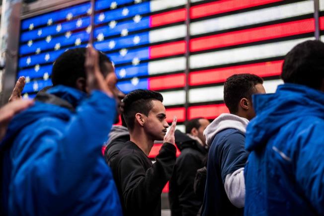 召募入伍的新兵在紐約時報廣場募兵站宣誓效忠。(Getty Images)