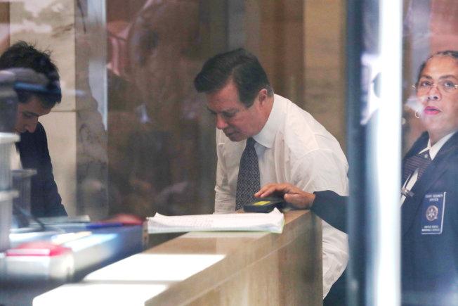 川普總統前競選經理馬納福自誇在監獄享有VIP特權,圖為馬納福在法院出庭時接受安檢的資料照片。(路透)