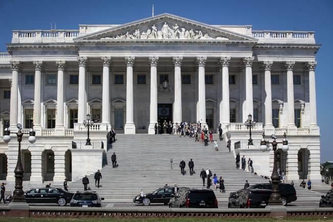川普總統提名的兩位大法官,都是喬治城預校校友,一位已獲任命,另一位正等待參院同意。圖為提名人卡瓦諾步上最高法院台階。(Getty Images)