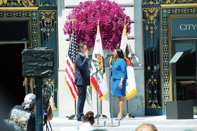 紐森為布里德監誓,隨即布里德正式成為舊金山第45任市長。(記者李晗/攝影)