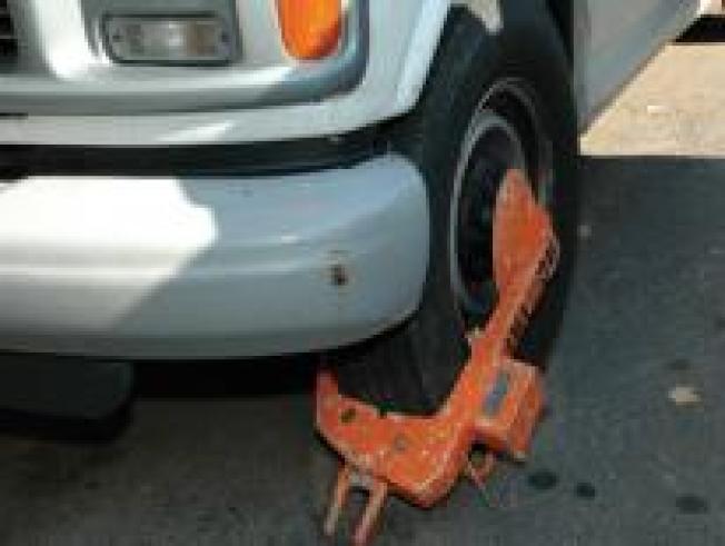 不少公司以釣魚方式對誤停民眾車輛「裝鐵鞋」來營利。(取自車輛管理局網頁)