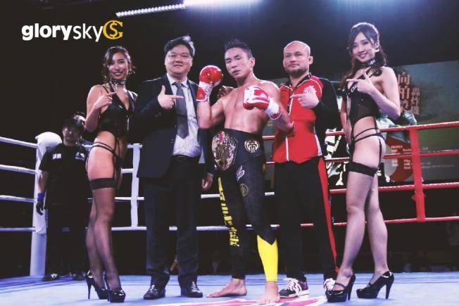 灝天金融集團主席楊炳坤(左二)曾贊助慈善拳賽。(取材自臉書)