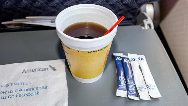 美國航空公司宣布,本月開始將停止使用塑膠吸管、攪拌棒,並以生物可分解的產品取代。(Getty Images)