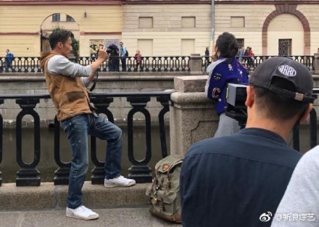 民眾在俄羅斯街頭捕獲到謝霆鋒、林依晨正在錄製節目。(取材自微博)