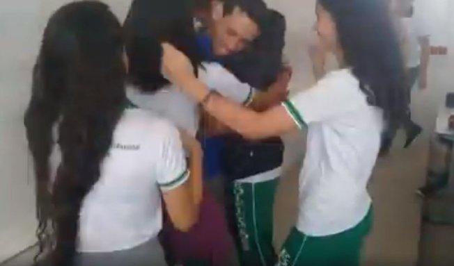 學生們見狀立刻衝到講台前擁抱布魯諾,場景令人動容。(取材自臉書)