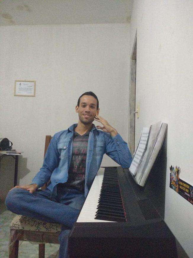巴西一名美術代課老師布魯諾由於政府政策關係,教書2個半月卻未領到半毛薪水,窮到只能借睡學校教室地板。(取材自臉書)