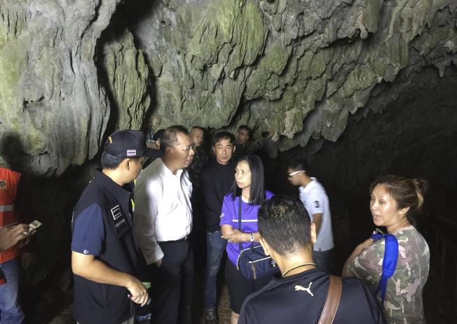 納隆薩(左二)到睡美人岩洞內跟救援人員談話。美聯社