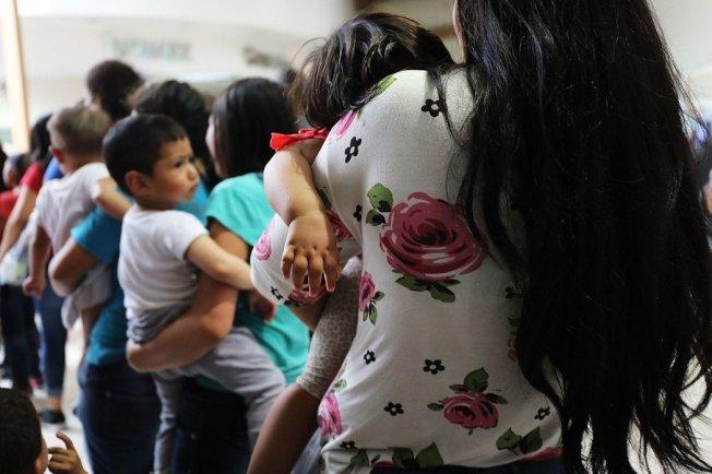 由於零容忍政策,美國有2000餘名移民孩童與父母分離。  Getty Images