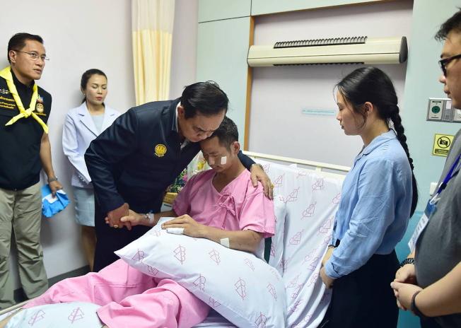 泰國總理帕拉育9日到醫院探視普吉島船難受傷者。(歐新社)