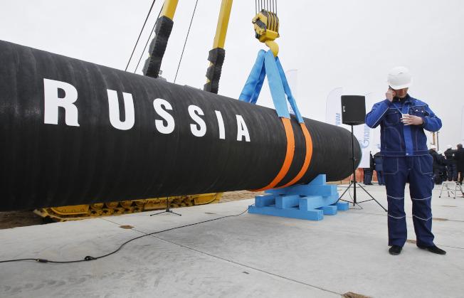 一份為聯合國安全理事會北韓制裁委員會準備的解密情資簡報指出,中國與俄羅斯業者持續協助北韓進口油品,甚至運用先前受制裁的油輪,超出聯合國安理會制裁決議設定的輸油上限。美聯社