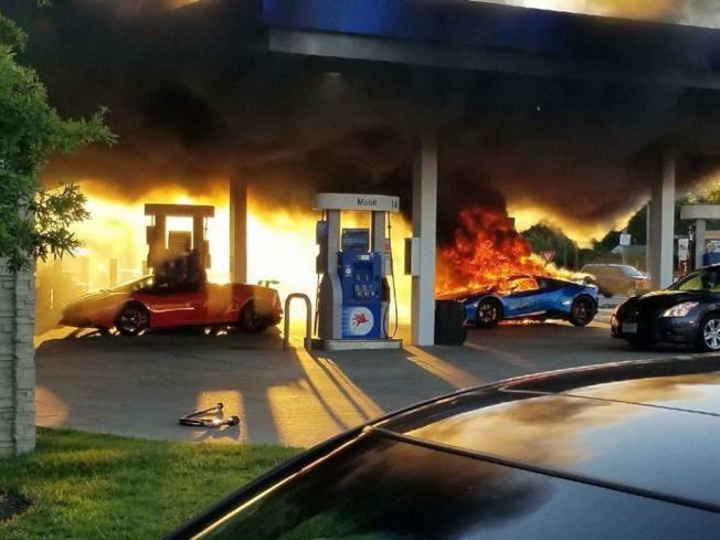 一輛藍寶堅尼7日在密蘇里州加油時意外起火燃燒。取自Parker Gelber臉書