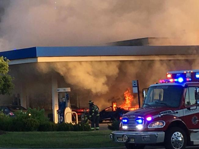 一輛藍寶堅尼加油時意外起火燃燒,消防車到現場救援。取自Parker Gelber臉書