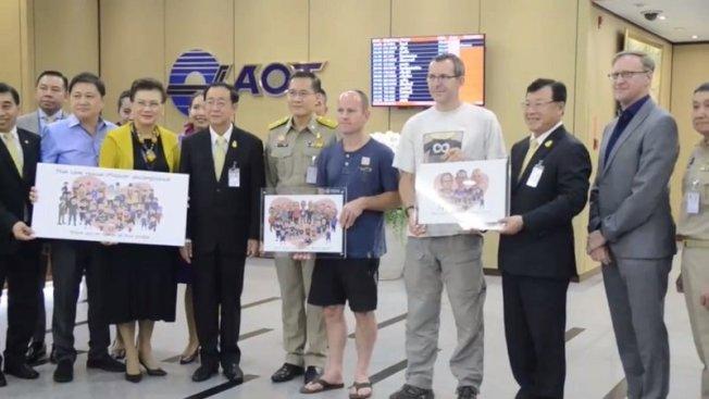 泰國官員致贈手繪的英國洞穴搜救專家畫像。(取自Thaivisa網站)