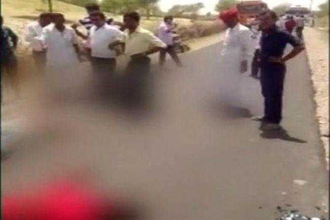 印度三名男子10日下午發生車禍躺在地上,吸引許多路人圍觀。取自ANI推特