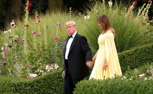 川普總統和第一夫人梅蘭妮亞抵英訪問四天,首日抵倫敦西邊的布倫海姆宮(Blenheim Palace) ,梅蘭妮亞的衣著引起一些討論。(路透)