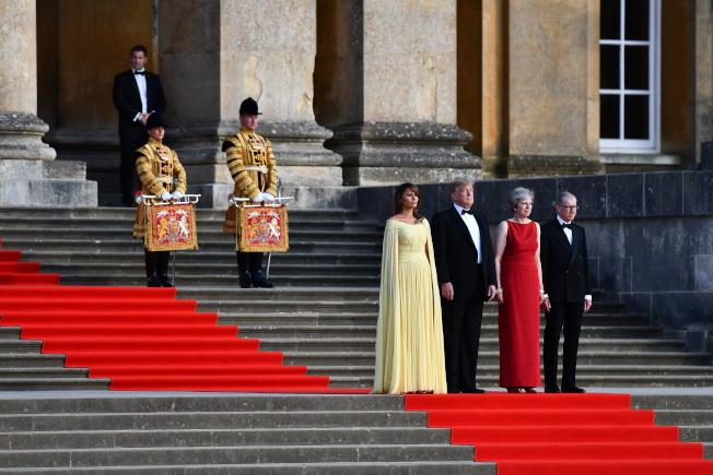 川普總統(左二)和第一夫人梅蘭妮亞(左一)抵英訪問四天。歐新社