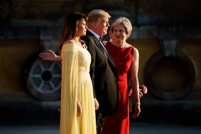 川普總統(中)和第一夫人梅蘭妮亞(左)與英國首相梅依(右)。歐新社