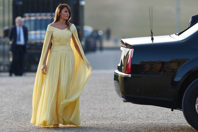 川普總統和第一夫人梅蘭妮亞抵英訪問四天,首日抵倫敦西邊的布倫海姆宮(Blenheim Palace),梅蘭妮亞的衣著引起一些討論。(Getty Images)