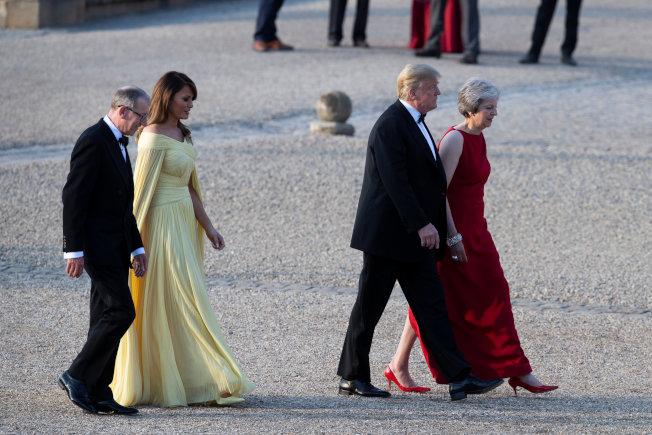 川普總統和第一夫人梅蘭妮亞抵英訪問,首日抵倫敦西邊的布倫海姆宮(Blenheim Palace),英相梅伊夫婦前往迎接。(Getty Images)