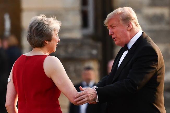 川普(右)以總統身分首訪英國。圖左為英國首相梅伊(Theresa May)。歐新社