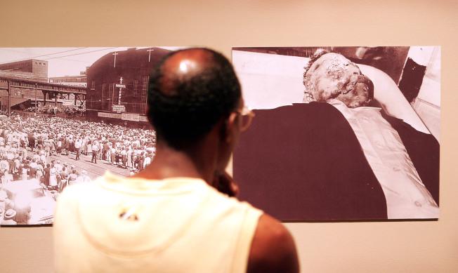 一名男子在芝加哥歷史學會,觀看非裔少年提爾遭殺害的檔案照片。(Getty Images)