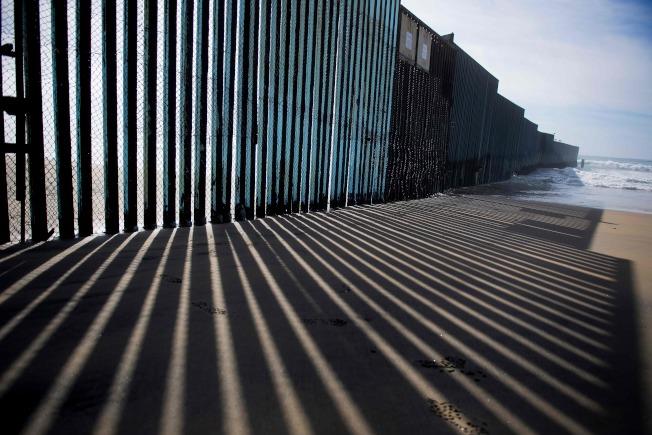 美墨邊牆在加州聖地牙哥沿沙灘而建。(Getty Images)