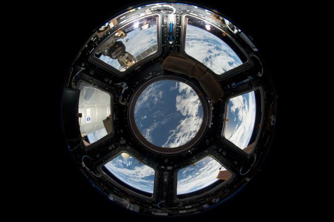 由國際空間站內部看地球。(NASA)