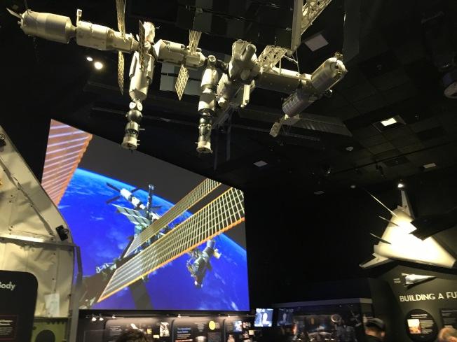 展覽館內放映國際太空站電影。(作者提供)