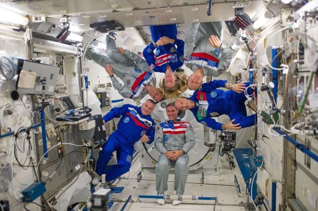 首次由六位太空人組成小隊合影。(NASA)