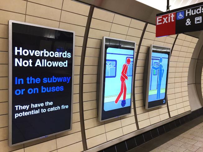 紐約地鐵站哈德遜調車場車站內的電子佈告欄。 (美聯社)