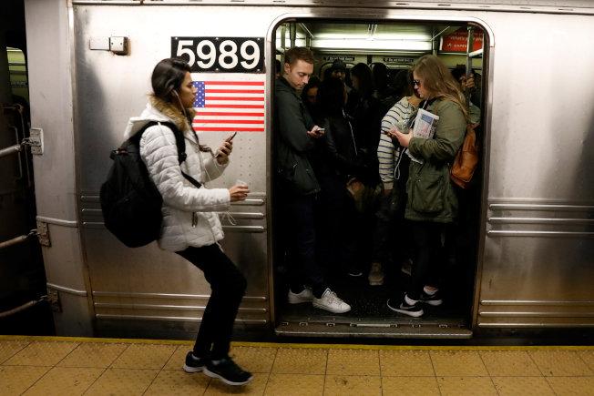 紐約地鐵尖峰時段乘客眾多,來晚了就只能等下一班車。(路透)