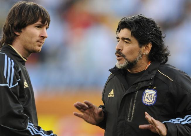 2010年,身為國家隊教練的馬拉度納(右)與隊中球星梅西。(Getty Images)