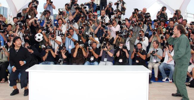 馬拉度納(左)與庫斯杜力卡(右)在2008年坎城影展秀球技。(Getty Images)