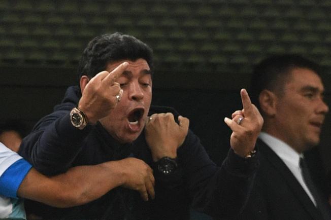 馬拉度納在觀戰時雙手比中指,引發非議。(Getty Images)