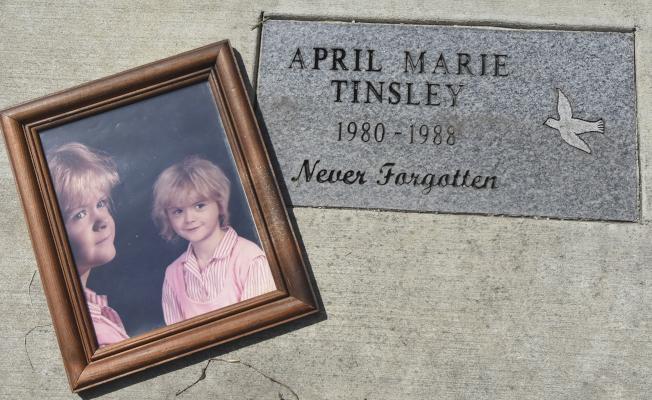 圖為遇害女童艾波‧瑪莉‧丁斯利的照片相框擺在紀念碑上。(美聯社)