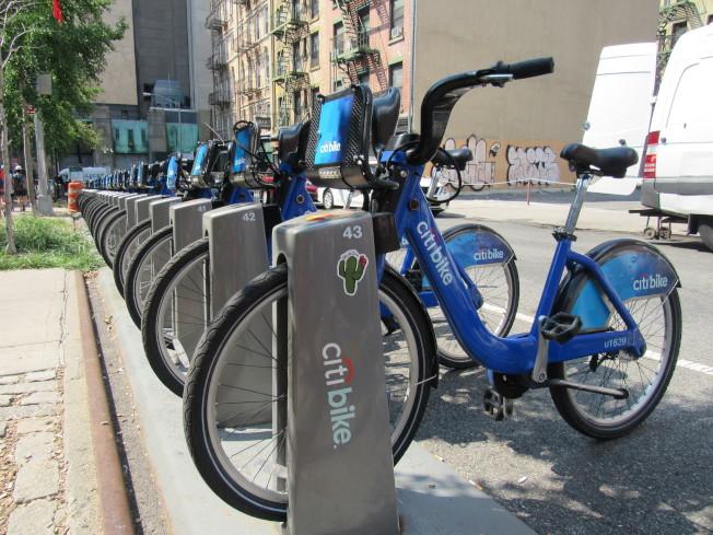 白思豪宣布,即日起持糧食券的民眾將可以每月5元的價格成為Citi Bike的會員。(記者顏嘉瑩/攝影)