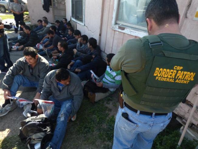 美国海关及边境保护局人员,在美墨边境抓获大批偷渡客。(取自CBP网站)