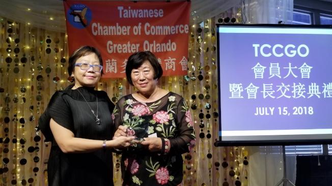 邁阿密台貿中心主任孫紀美(左)頒發獎牌給卸任會長薛正凱。(記者陳文迪/攝影)