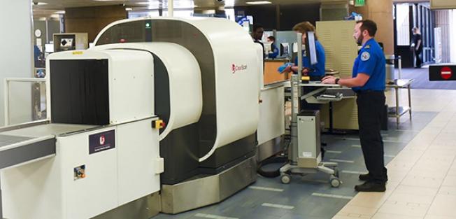 運輸安全局將與美國航空公司在紐約甘迺迪機場進行試驗,使用3D掃描機檢查旅客的隨身行李。(運輸安全局)