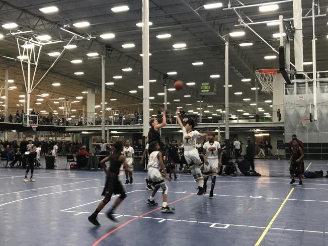 纽约篮球队Gauchos夺得美国业馀体育联合会(AAU)全国篮球锦标赛五年级组冠军。图为球队训练照。(林波提供)