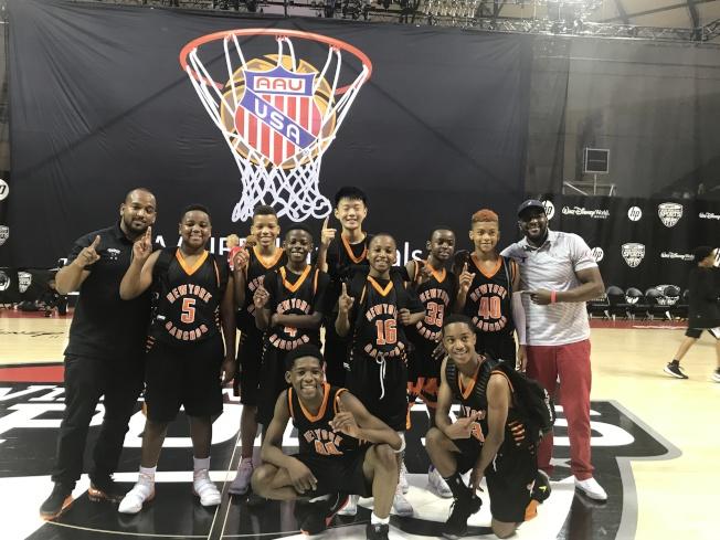 纽约篮球队Gauchos夺得美国业馀体育联合会(AAU)全国篮球锦标赛五年级组冠军,王泽凯(二排左五)是全队唯一的亚裔队员。(林波提供)