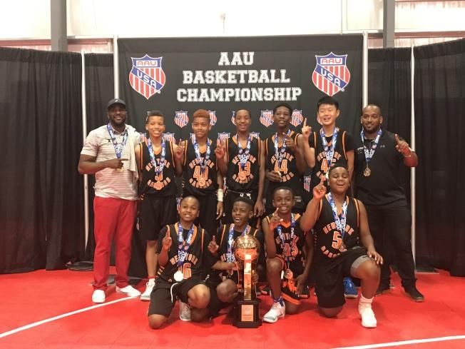 纽约篮球队Gauchos夺得美国业馀体育联合会(AAU)全国篮球锦标赛五年级组冠军,王泽凯(二排右二)是全队唯一的亚裔队员。(林波提供)
