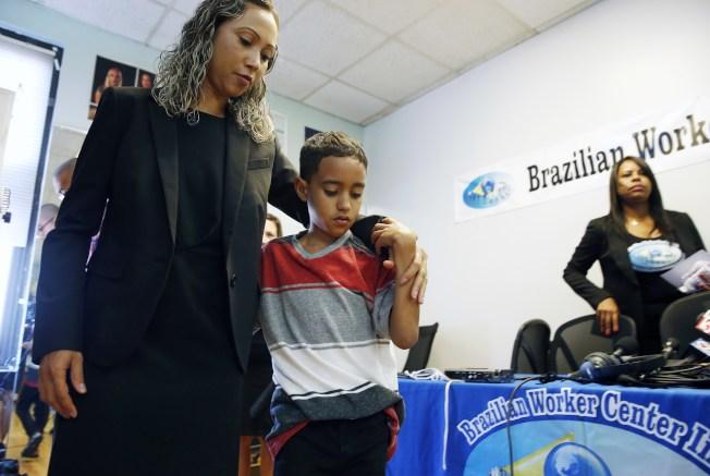 政府文件顯示,在美墨邊界與被捕無證移民家長分開的2500多個兒童中,364人已與父母團聚。圖為一名來自巴西的母親(左),上周末在波士頓羅根機場與九歲兒子團聚。(美聯社)